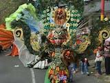 Mahakarya Kostum Unik dari Bahan Sampah Dipamerkan di Trawas Trashion Carnival