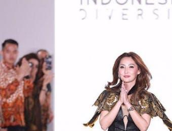 Catherine Njoo Melenggangkan Batik Prada Bali ke New York Fashion Week. Membanggakan!