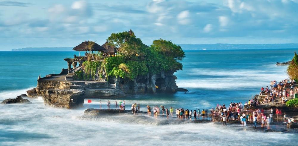 Jelajah Pura Tanah Lot menggunakan Sewa Hiace Bali