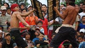 Para Pria Suku Sasak Adu Jantan Lewat Tradisi Presean