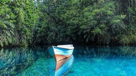 8 Danau Cantik di Indonesia dengan Warna Biru yang Menawan. Wajib untuk Dikunjungi!