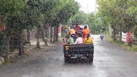 Warna Warni yang Bergerak di Bawah Rintik Hujan