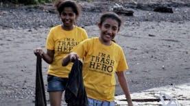 Pahlawan  Sampah Cilik Ini Semangat Sekali Bersihkan Pantai Wairterang