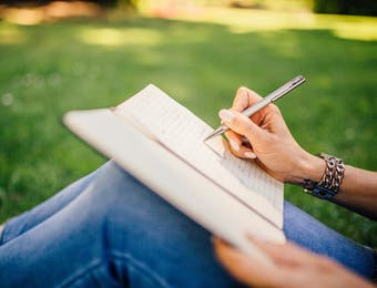 Kebaikan Menulis bagi Ibu Rumah Tangga: Pengembangan Diri yang Bisa Dinikmati
