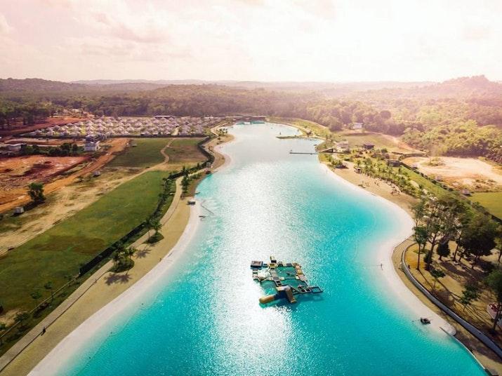 Sensasi Kesegaran di Kolam Renang Terbesar Asia Tenggara