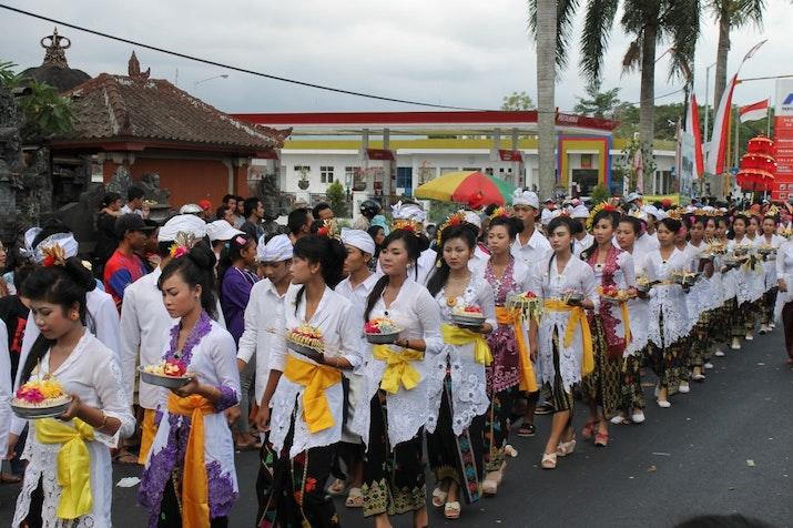 Indahnya Kebersamaan dari Dua Bagian Masyarakat Indonesia