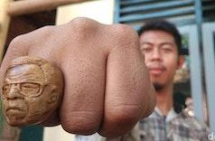 Pria di Cirebon Sulap Limbah Kayu Jadi Cincin Jokowi dan Gusdur