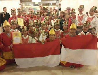 Danadyaksa Budaya SMP Labschool Cibubur Raih Trofi Emas di Interfolk 2014 Rusia