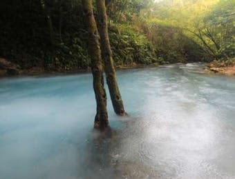 Danau Bergelembung dan Berasap di Maluku
