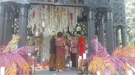 Hebohnya Pesta Penikahan Warga Rusia dengan Adat Indonesia