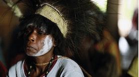 Bukan Sekedar Hiasan Biasa, Sebuah Kehormatan di Atas Kepala Suku Asmat