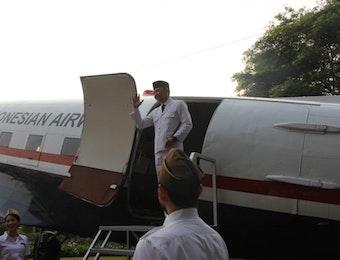 Garuda Indonesia Hadirkan Armada Klasik Douglas DC 3 Saat Upacara Bendera