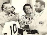Sejarah Hari Ini (10 Desember 1974) - Kenang-kenangan dari Pele untuk Suharto