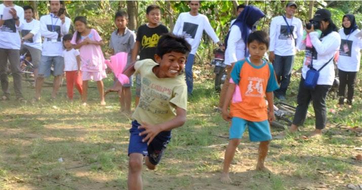 Memperingati Hari Anak Nasional, Mahasiswa KKN 10 UMM Ajak Anak-Anak Desa Jambesari Main Permainan Tradisional