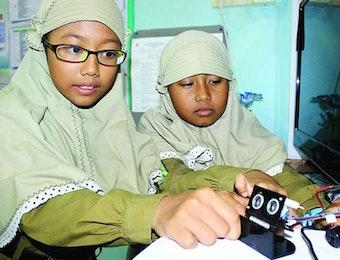 Menjaga Kesehatan Mata, Dua Siswa SD ini Ciptakan Alat Pendeteksi Jarak.