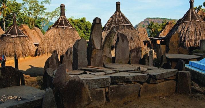 Keindahan Batu Megalitikum di Antara 33 Rumah Kaki Gunung Inerie