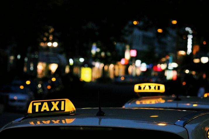 Taksi Listrik Mengaspal di Indonesia. Mau Coba?