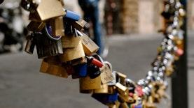 Gembok Cinta sudah Mainstream, Bagaimana Kalau Sandal Jodoh?
