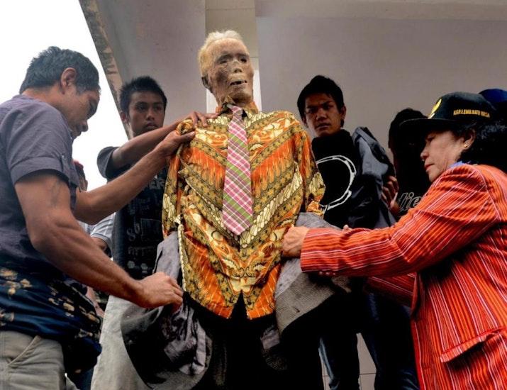 Tradisi Unik Mengganti Pakaian Jasad Leluhur
