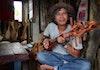 Ditangan Usni Mariosha, Kayu Bekas Bisa Menjadi Alat Musik Gambus