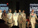 Gambar sampul Lindsay Lohan Tampil di London Modest Fashion Week 2018 Dengan Tampilan dari Stylist Asal Indonesia