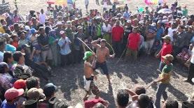 Warga Probolinggo Lakukan Tarung Ojung Sabet Rotan,  Tradisi Meminta Hujan