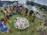 """Menguatkan Solidaritas Melalui Tradisi Bakar Batu """"Barapen"""""""