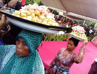 Perang Topat di Lombok, Lemparlah Daku Kau Kusayang
