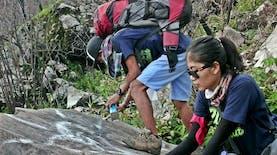Perempuan Tangguh Ini Tak Gentar Bersihkan Gunung dari Sampah dan Vandalisme