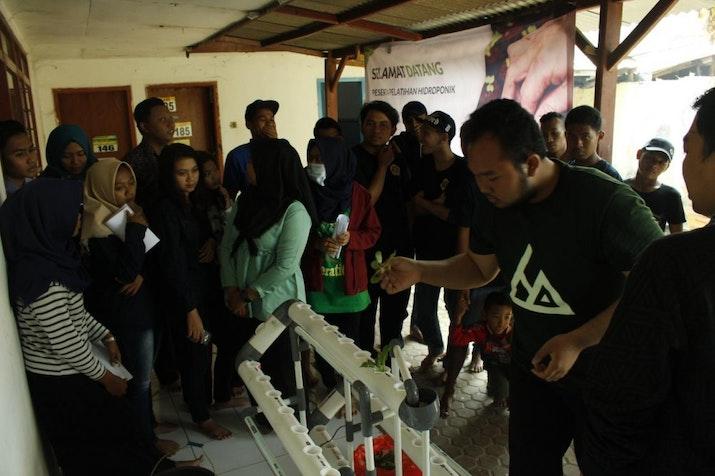[Inovasi Bertani] KKN 87 UMM Sosialisasikan Hidroponik pada warga Desa Parangargo.