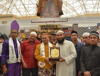 Pamerkan Egrang, Pelajar Indonesia di Arab Saudi Jadi Duta Budaya.