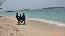 Menikmati Keindahan Pantai Dan Laut Di Pulau Sepa