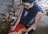 """Perempuan Asal Jakarta Ini """"Sulap"""" Limbah Kayu Jadi Produk Kreatif Bernilai"""