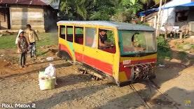 Satu-satunya di Indonesia, Mikrolet yang Menggunakan Rel Kereta Sebagai Lintasan
