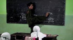Ia Tetap Gigih Mengajar, Meskipun Tanpa Lengan..