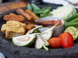 Alasan Mengapa Orang Sunda Suka Makan Lalapan
