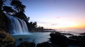 Menikmati Air Terjun dan Pantai Dalam Satu Area