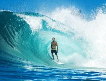 5 Spot Surfing Terbaik di Indonesia untuk Pemula