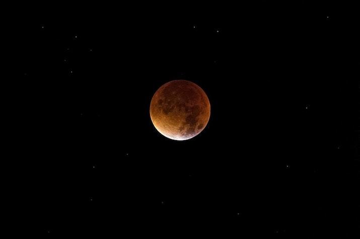[Foto] Begini Uniknya Micro Blood Moon Terlama yang Terjadi Seabad Sekali