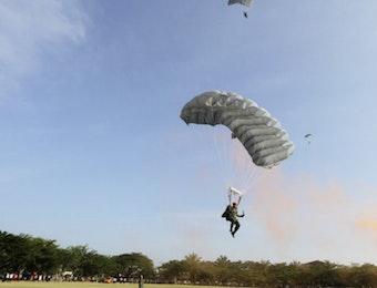 TNI Juara Umum Kompetisi Terjun Payung Malaysia