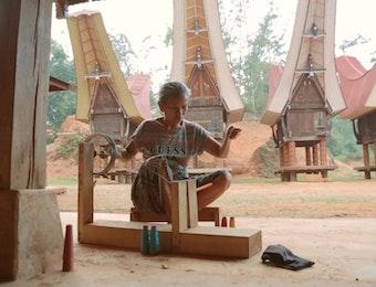 Mengubah Kehidupan dan Mendukung Penenun Maestro Indonesia ke Pasar Dunia