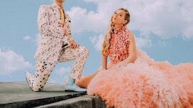 Giliran Taylor Swift yang Mengenakan Kalung Karya Desainer Indonesia
