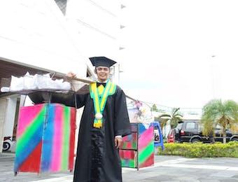 Kisah Asnawi, Mahasiswa UMY Yang Selesaikan Kuliah Dengan Jualan Gorengan