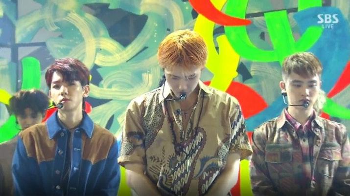 Member EXO mengenakan Batik Parang saat perform