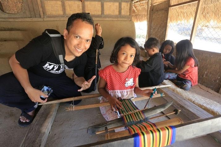Menjaga Indonesia Lewat Budaya Menenun Suku Sasak