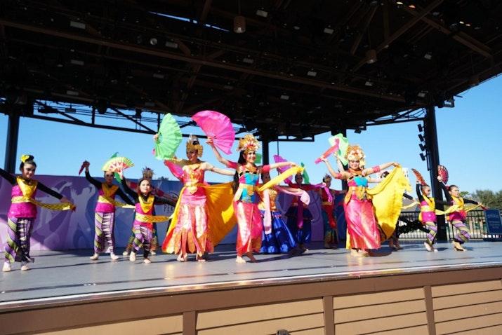 Pengunjung Disney Springs Terpukau Oleh Tari Tradisional Indonesia