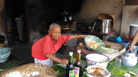 Menikmati Nasi Tahu Sukawati setelah belanja oleh-oleh khas Bali