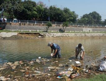 Upaya Aktivis Lingkungan Membersihkan Sampah Sungai di Bogor