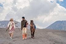 Jomblo atau Tidak? Suku Tengger Dapat Melihatnya dari Sarung
